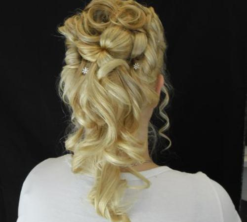 Blonde Haare mit Locken und einem festlichen Styling