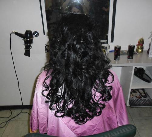 Langes schwarzes Haar mit Great Lengths Extensions