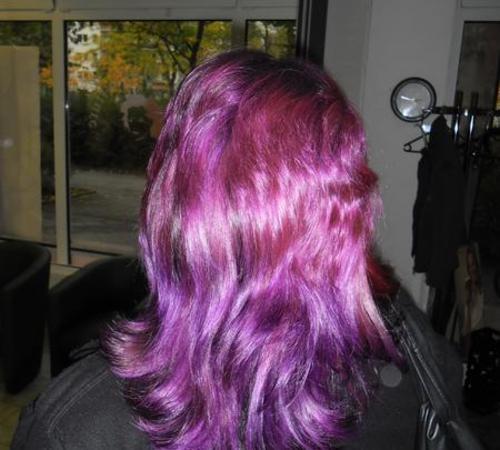 Intensiv violett-pinke Haarcolorierung