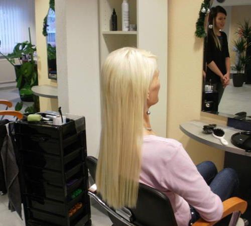 Glattes blondes Haar verlängert mit Great Lengths Extensions