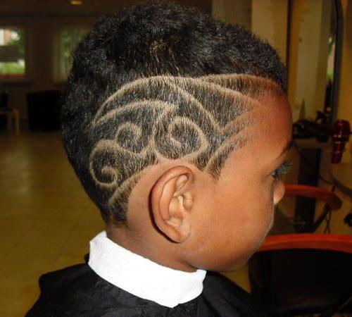 Modernes Haartattoo für Jungen