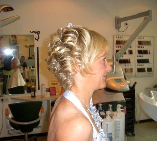Blonde Kurzhaarfrisur mit gestylten Locken