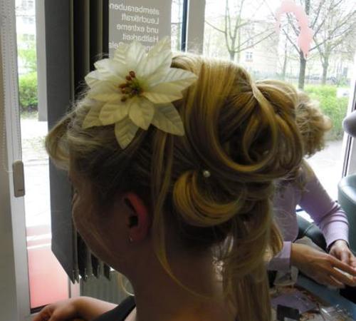 Hochsteckfrisur mit floralen Haarspangen