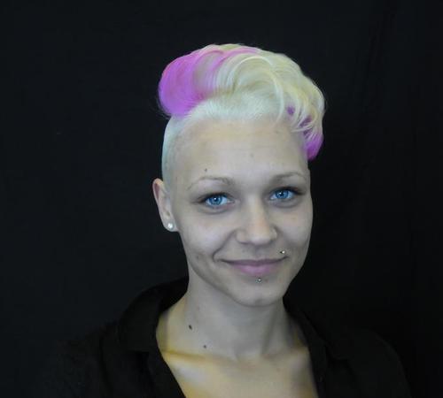 Sidecut mit gestylten und gefärbten Haaren