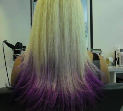 Blonde Haare im Ombré Look mit violetten Spitzen