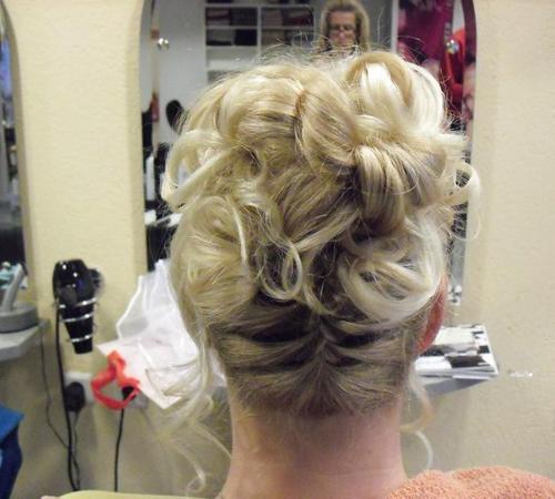 Hochsteckfrisur mit langen blonden Haaren
