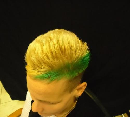 Grünes Farbhighlight für eine angesagt Frisur