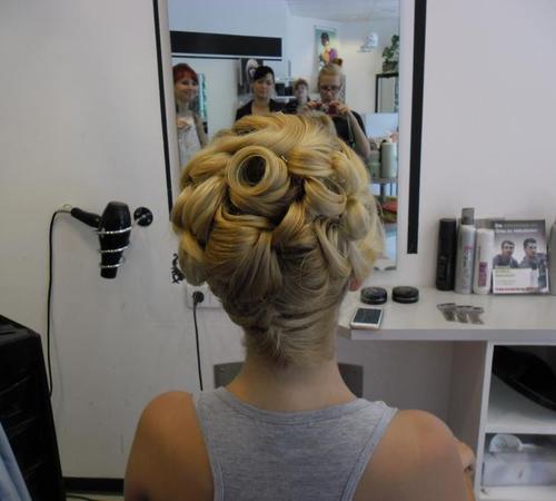 Aufwändige Hochsteckfrisur mit eingedrehten Haarsträhnen