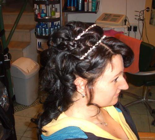 Festliche Frisur mit dunklen Haaren