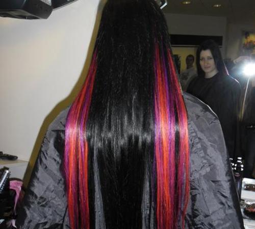 Farbige Echthaarextensions kombiniert mit schwarz coloriertem Haar