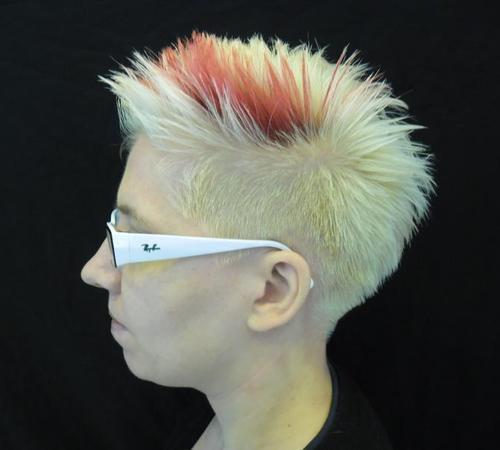 Kurzhaarfrisur mit bunter Haarsträhne für Damen