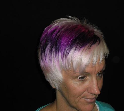 Trendbewusste Damenkurzhaarfrisur mit violetten Färbungen